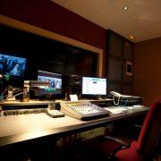 Grandes y confortables salas para nuestros clientes con el mejor equipo de sonido